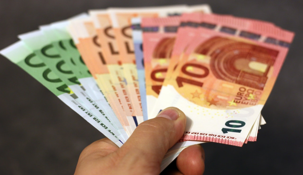a person holding banknotes